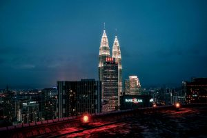 Le Petronas Twin Towers viste di notte dall'Heli Lounge Bar