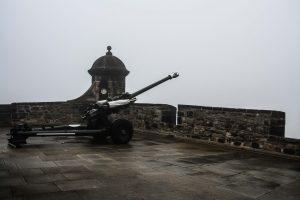 Il famoso One O'Clock Gun nel castello di Edimburgo in Scozia