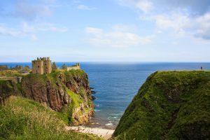 A strapiombo sul mare del Nord, in Scozia, sorge il Dunnottar Castle