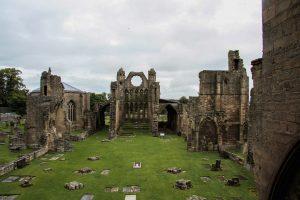 La cittadina diElgin, in Scozia, con la sua cattedrale ormai in rovina
