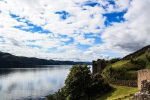 L'Urquhart Castle, le rovine si rispecchiano nelle acque grigie e misteriose
