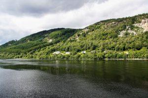 Le acque grigie e misteriose del lago di Loch Ness