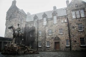 Posizionato sulla cima di una roccia vulcanica, il castello di Edimburgo