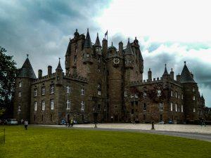 Il bellissimo Glamis Castle nella città di Dundee in Scozia