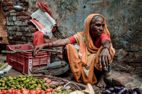 Mercato di Varanasi in India. Donna vende la frutta per strada