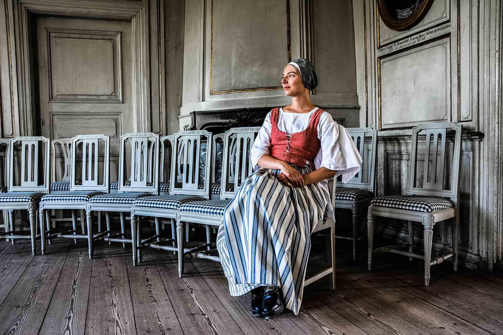Donna in abiti tipici nel Museo all'aperto di Skansen a Stoccolma