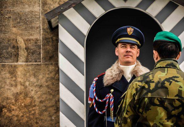 Militari al castello di Praga nella Repubblica Ceca, cambio della guardia