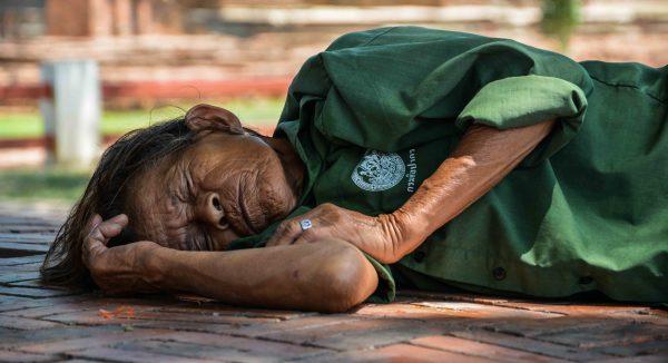 Donna riposa ad Ayutthaya, l'antica capitale dei templi in Thailandia