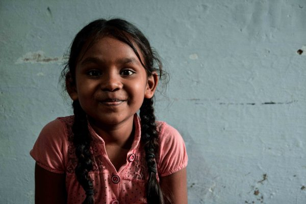 Una bellissima bambina di Varanasi in India