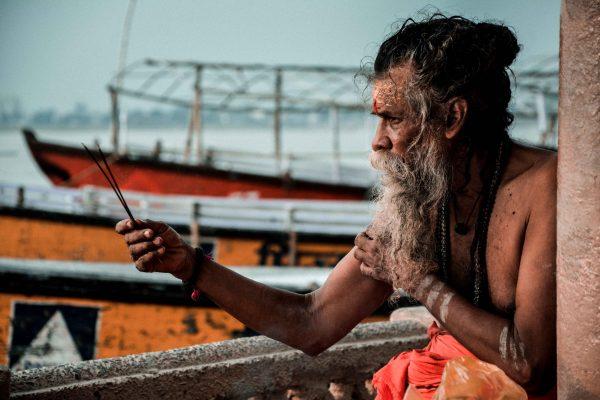 Ritratto di un Sadhu durante la preghiera a Varanasi in India