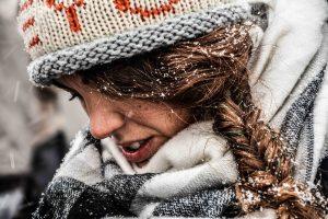 Ragazza sotto la neve di Budapest in Ungheria. Un freddo tremendo