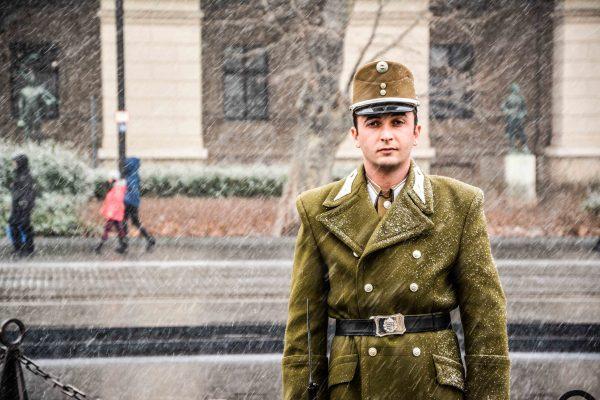 Guardia sotto la neve al parlamento di Budapest in Ungheria