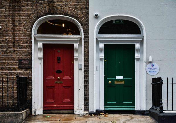 Le porte delle case a Dublino creano contrasti di colori