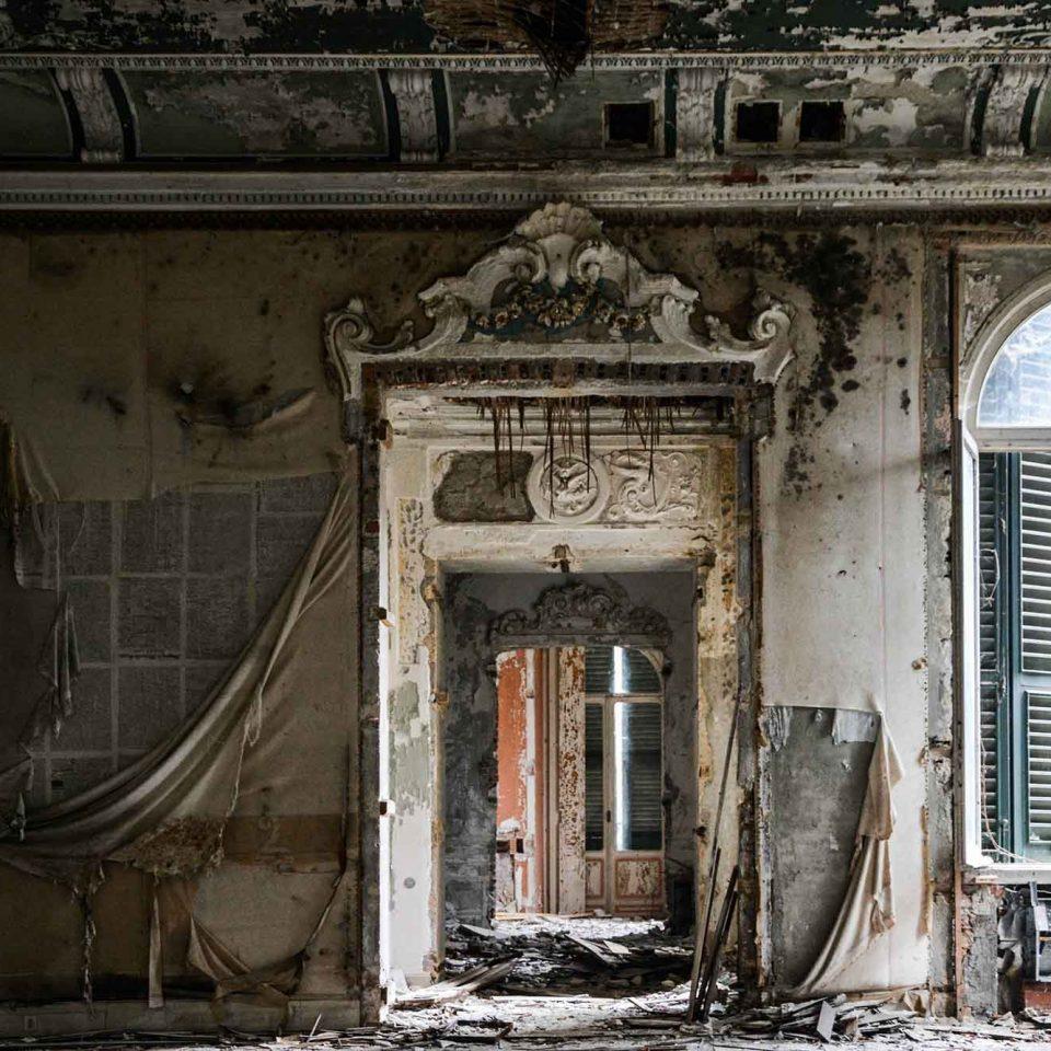 La fine, una lacerazione, Art of Decay di Andrea Meloni. Urbex, villa abbandonata in Piemonte, Italia
