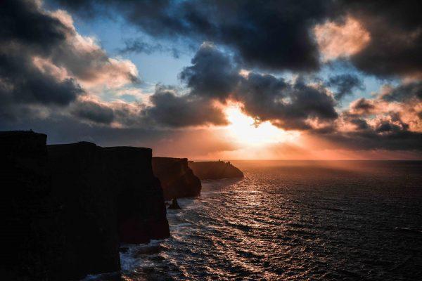 Un magnifico tramonto sulle Cliff of Moher in Irlanda
