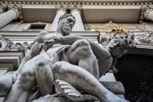 Una delle bellissime statue del palazzo di Hofburg a Vienna
