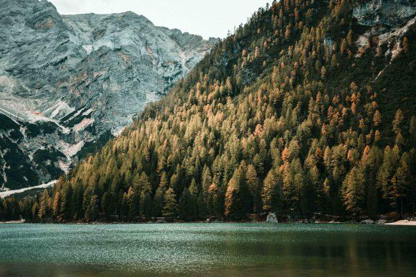 Il lago di Braies in Alta Pusteria circondato dalle vette delle Dolomiti