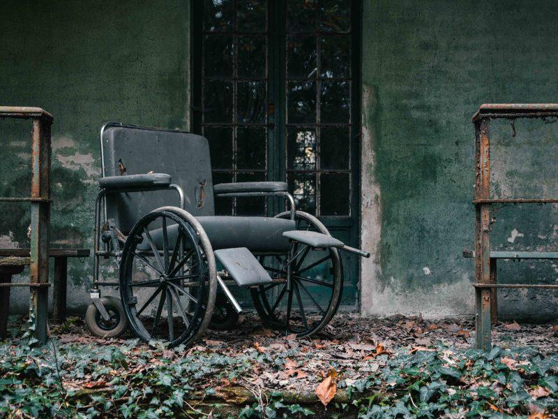 Urbex Piemonte Manicomio Abbandonato. Sedia a rotelle in giardino