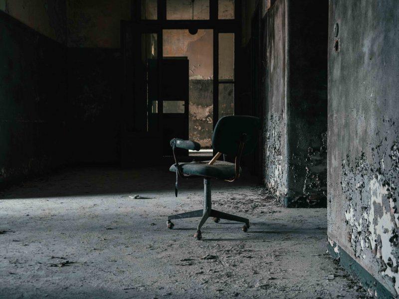 Urbex Piemonte Manicomio Abbandonato. Sedia nel corridoio