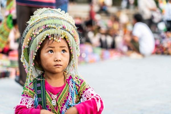 Bambina vende bracciali nel mercato di Sapa nel Nord del Vietnam, foto scattata con Sony A7 III