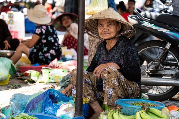 Signora vende frutta per le strade di Ho Chi Minh in Vietnam