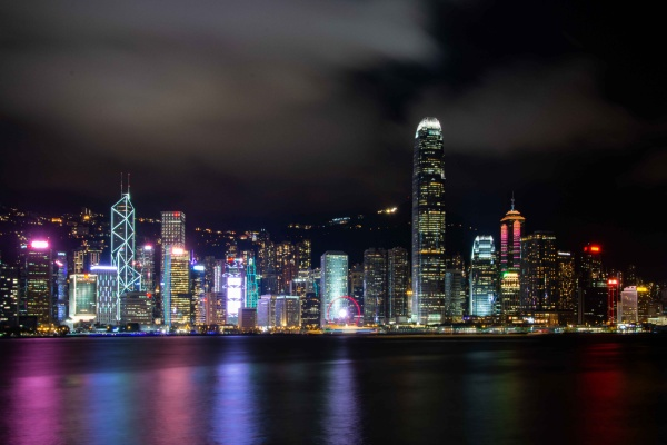 Vista notturna sullo skyline di Hong kong