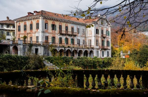 vista esterna della magnifica e abbandonata villa M.