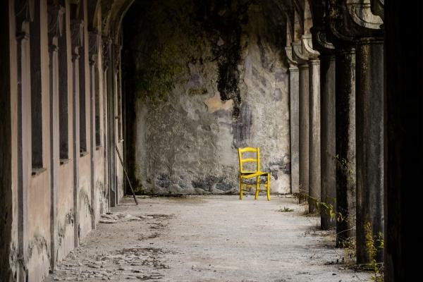 Una sedia abbandonata sotto al portico