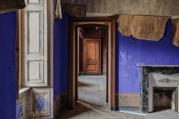 Stanza con tappezzeria blu nella magnifica e abbandonata villa M.