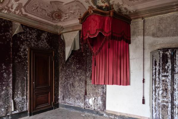 Camera da letto nella magnifica e abbandonata villa M.