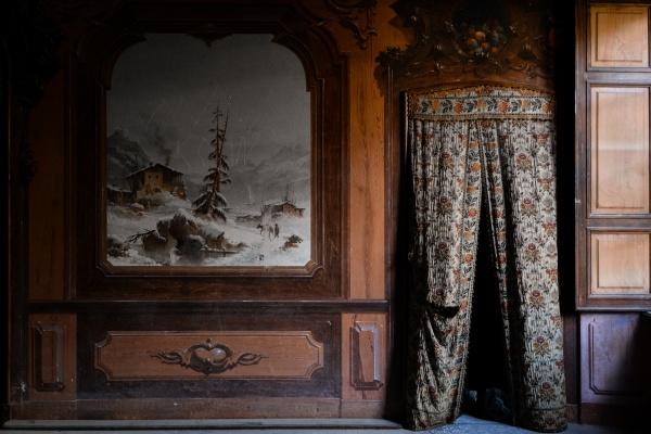 tenda e dipinti nella villa abbandonata