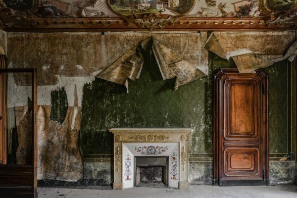 Stanza con tappezzeria verde nella magnifica e abbandonata villa M.