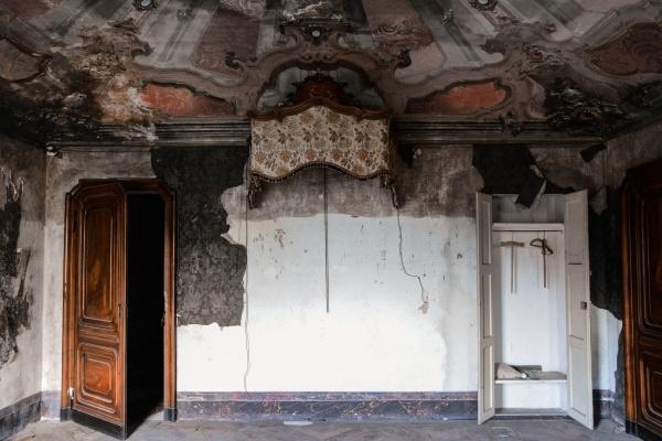 Stanza nella magnifica e abbandonata villa M.